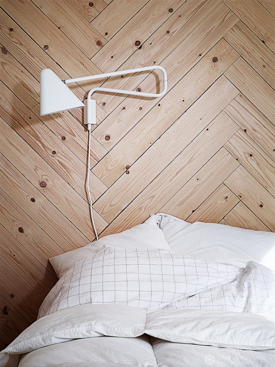 modern-finish-home_wood_white_vivid-colors_chevron-paneled-wall_white-bedside-wall-lamp